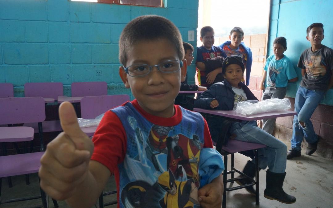 Entrega de lentes a los niños del Uno con Uno