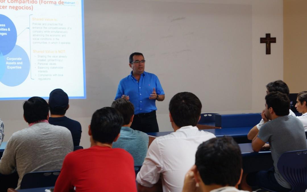 Tutores del Uno con Uno participaron en conferencia con empresario