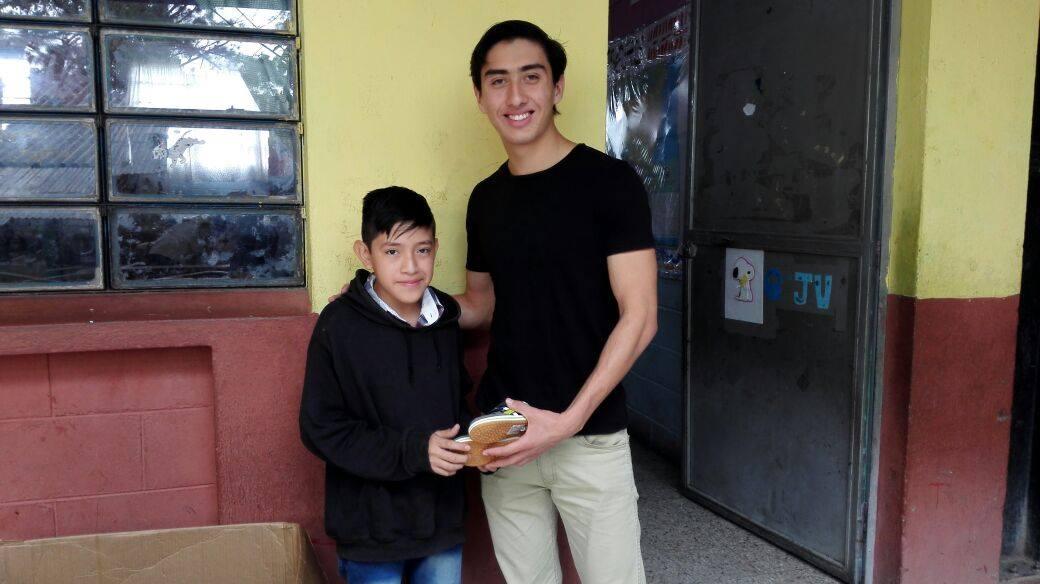 Entrega de zapatos a niños de Concepción Las Lomas