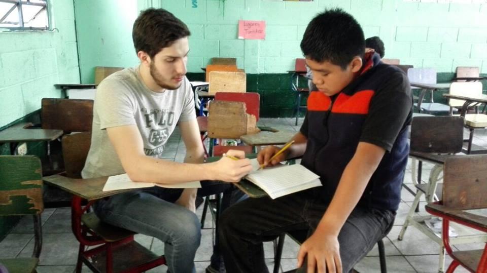 Tutores preparan a los niños para sus exámenes finales