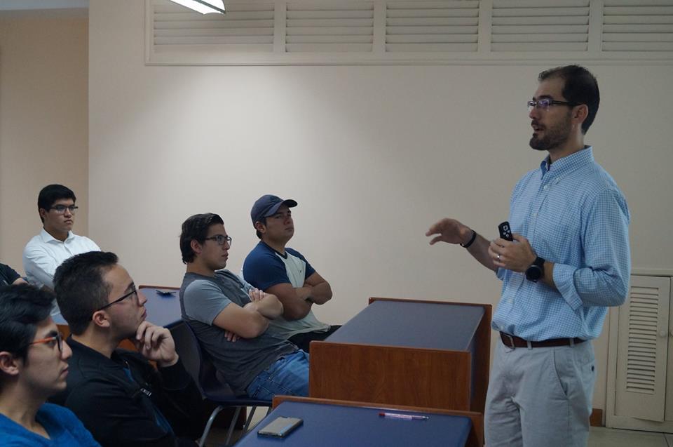 Guillermo Monroy dicta conferencia a los tutores del Uno con Uno