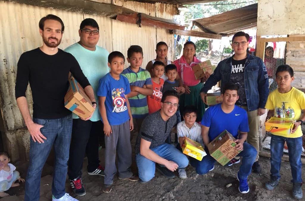 Universitarios entregan donativo de zapatos en el Programa Uno con Uno de la Aldea San Luis