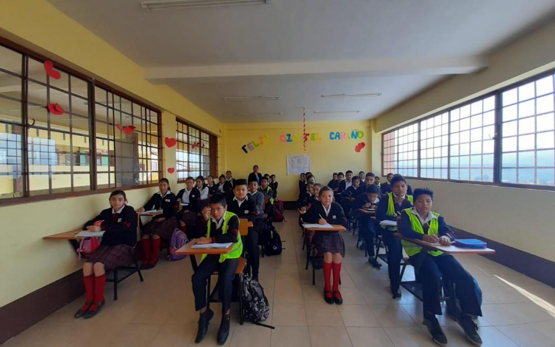 Universitarios de Balanyá donan escritorios para Escuela del Uno con Uno